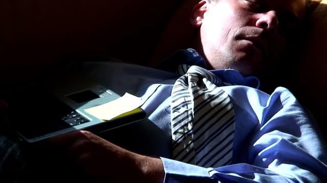 vídeos de stock e filmes b-roll de dormir - vestuário de trabalho formal