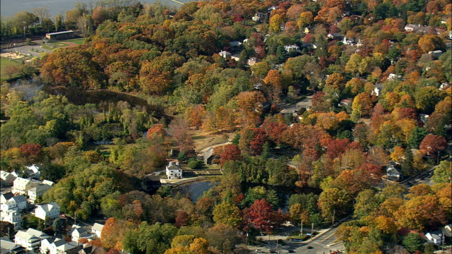 vídeos de stock e filmes b-roll de sleepy hollow and mill pond - aerial view - new york,  westchester county,  united states - decapitado