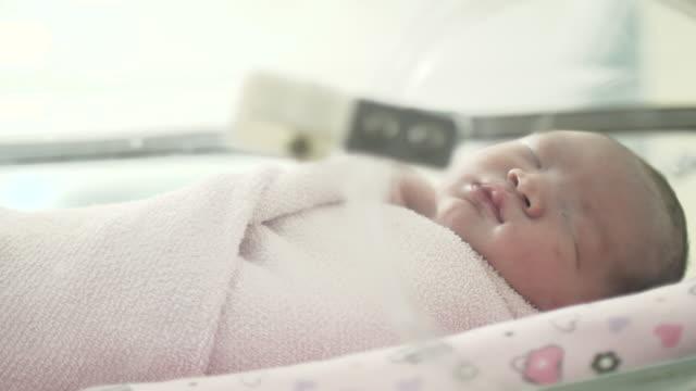 Sleepy pasgeboren Aziatische Baby In het ziekenhuis
