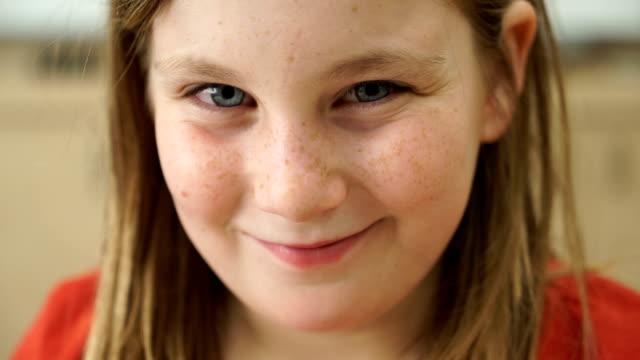 vídeos de stock, filmes e b-roll de sleepy sorriso  - bebês meninas
