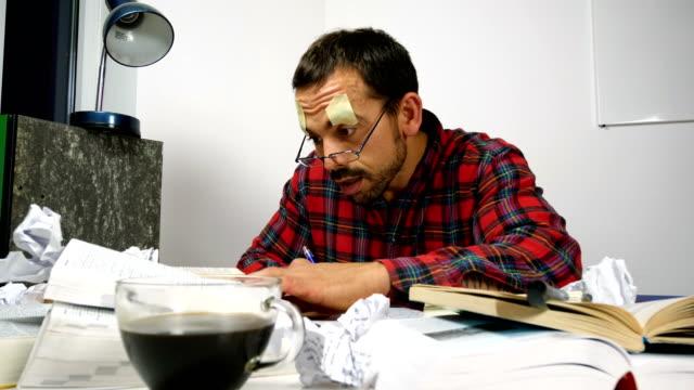 verschlafene student versucht, seine college-prüfung vorbereiten - konzentration stock-videos und b-roll-filmmaterial