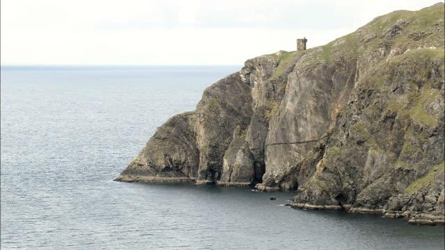 sleive リーグの断崖、ウォッチタワー-航空写真-アルスター、ドニゴール、アイルランド - アルスター州点の映像素材/bロール