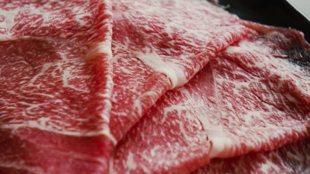 薄切り牛肉のすき焼きしゃぶしゃぶ日本料理 - テーブル点の映像素材/bロール