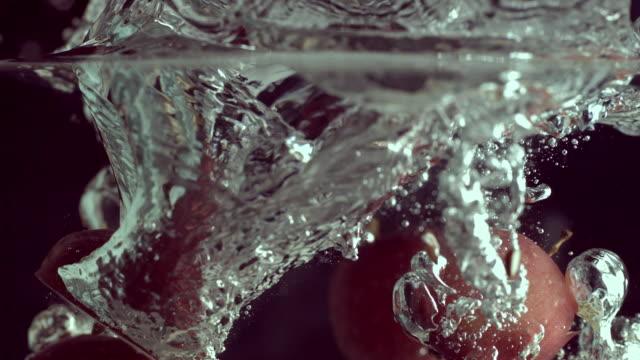vídeos y material grabado en eventos de stock de cu slo mo slice of apples falling into water / seoul, south korea - cinco objetos
