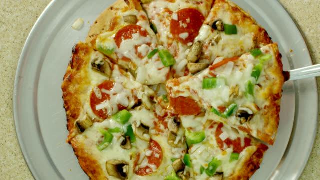 stück pizza - scheibe portion stock-videos und b-roll-filmmaterial