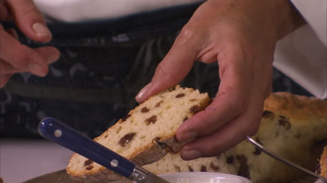 stockvideo's en b-roll-footage met sliced delicious raisin bread - rozijn