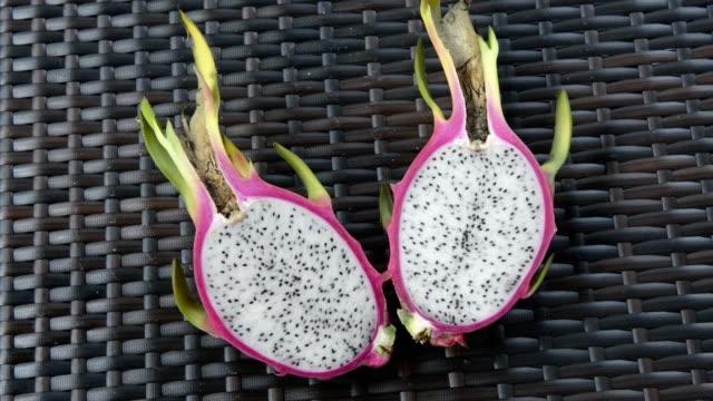 stockvideo's en b-roll-footage met sliced dragon fruit, pitaya (hylocereus undatus) - vetplant