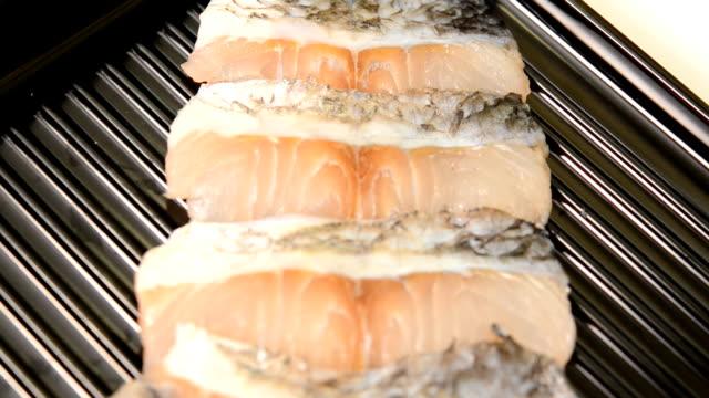 in Scheiben geschnittenen Fisch Wolfsbarsch auf Tablett für Shabu und sukiyaki