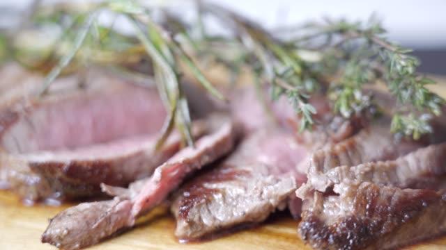 有機調理されたステーキ ローズマリーとタイムをスライス - 低炭水化物ダイエット点の映像素材/bロール