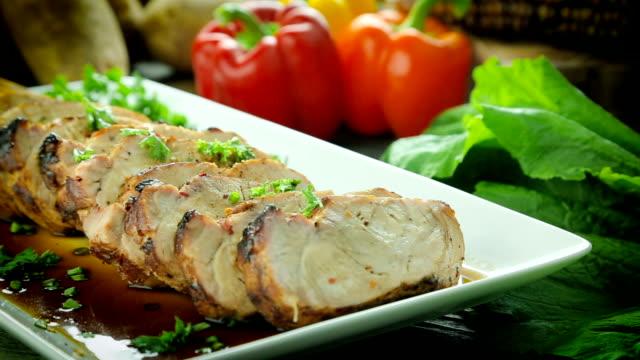 飾ると大皿にスライスされた豚ロース肉。 - オレンジピーマン点の映像素材/bロール