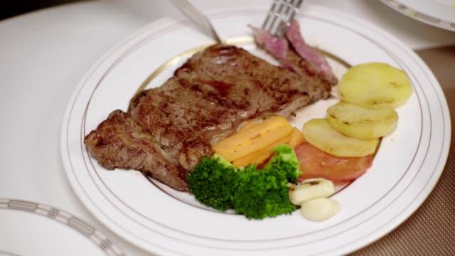 scheiben rindfleisch steak. - kalbfleisch stock-videos und b-roll-filmmaterial