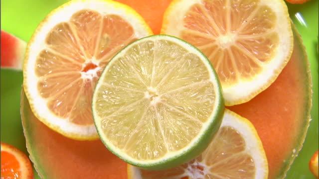 vídeos de stock, filmes e b-roll de cu ha slices of lemon and lime / orem, utah, usa - enfoque de objeto sobre a mesa