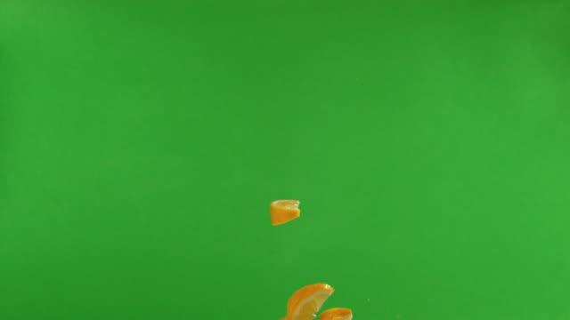 vídeos y material grabado en eventos de stock de slices of lemon falling - ingrediente