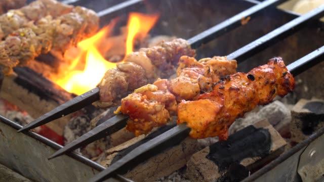 vídeos de stock, filmes e b-roll de fatias de carne com molho grelhado em um fogão quente. - bbq sauce