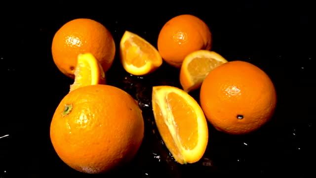 vídeos y material grabado en eventos de stock de rodajas de naranja sobre fondo negro - antioxidante