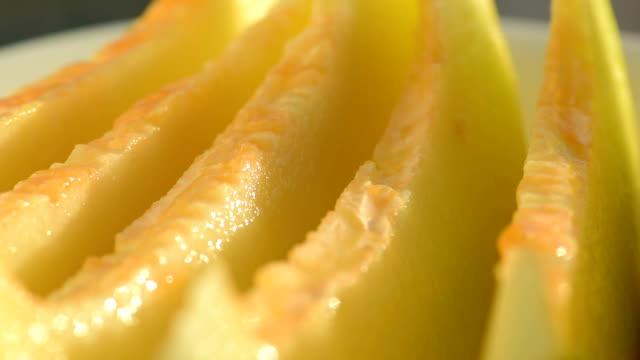 vídeos de stock, filmes e b-roll de fatias de melão maduros saborosos - melão musk