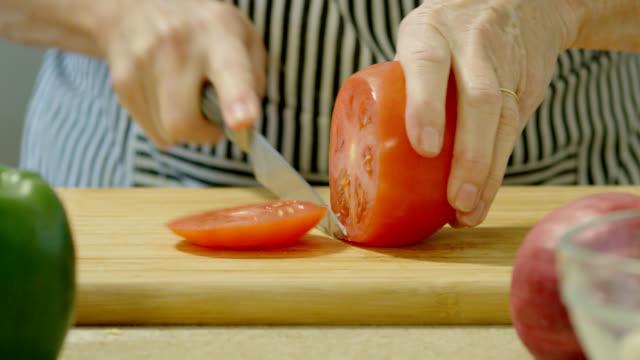 vídeos de stock, filmes e b-roll de fatiando de tomate - tomate