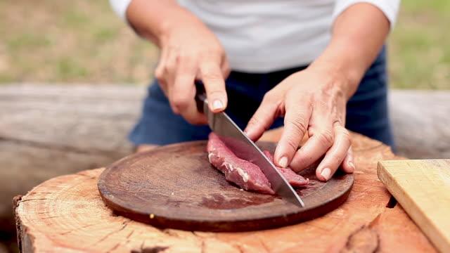 vídeos de stock, filmes e b-roll de slicing beef cut - só mulheres maduras