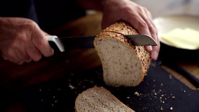 SLOW MOTION: Slicing di pane