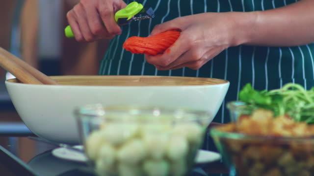 vídeos y material grabado en eventos de stock de cortar la zanahoria - zanahoria