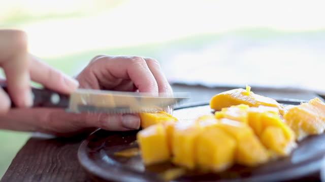 vidéos et rushes de slicing mango - table de pique nique