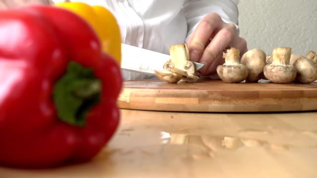 vídeos de stock, filmes e b-roll de fatiando cogumelos - fotografia de alta velocidade