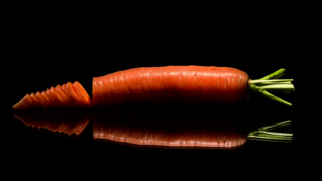 vídeos de stock e filmes b-roll de slicing of carrot - olhar de lado