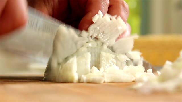 vídeos de stock, filmes e b-roll de fatiando cebola - cebola