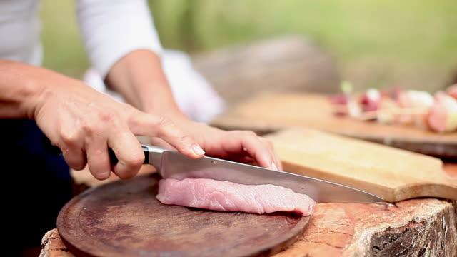stockvideo's en b-roll-footage met slicing pork cut - boomstronk