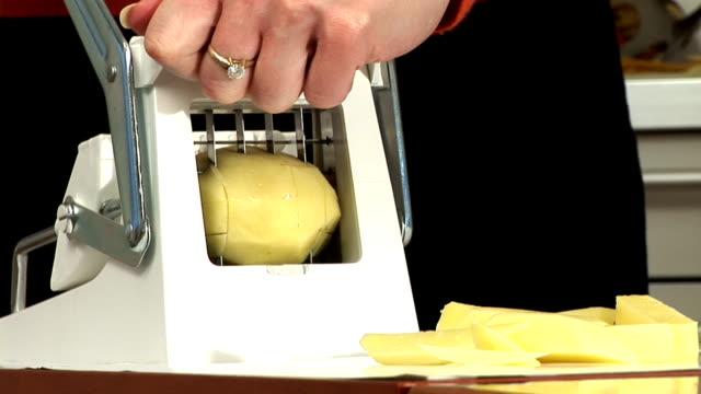 hd: schlitz-kartoffel - etwas herstellen stock-videos und b-roll-filmmaterial