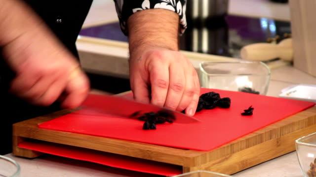 stockvideo's en b-roll-footage met slicing prune. - pruim