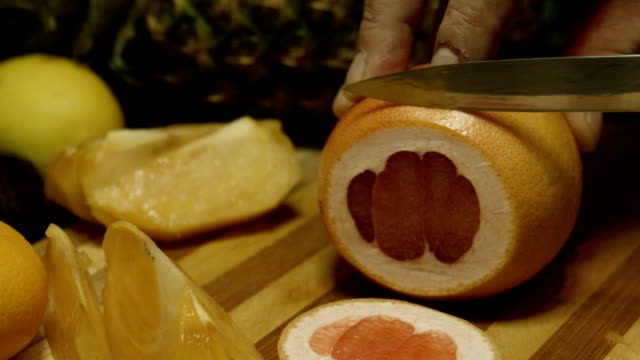 Slicing red Grapefruit