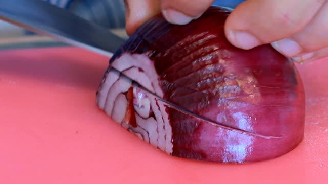 vídeos de stock, filmes e b-roll de fatiando cebola roxa - cebola