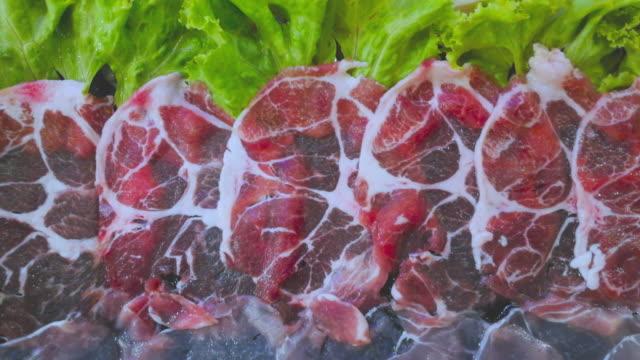 vidéos et rushes de glissez la viande en plaque noire - aliment en portion