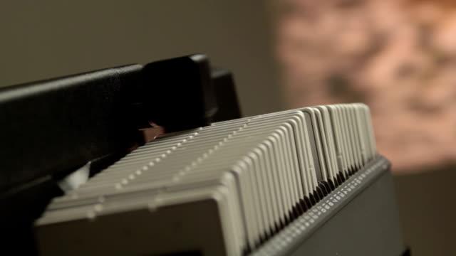 diaprojektor, zeigen sie ihre fotos auf film - projektion stock-videos und b-roll-filmmaterial