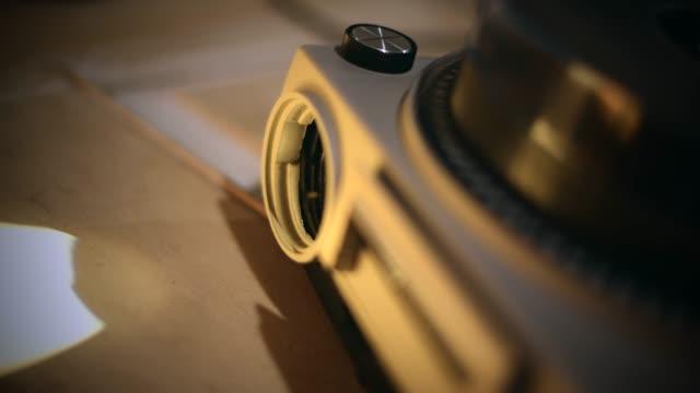 stockvideo's en b-roll-footage met dia projector - diavoorstelling