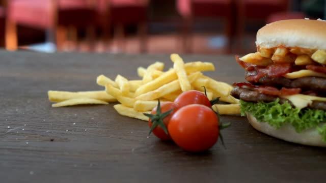 ベーコン ハンバーガーとチェリー トマトのショットをスライドさせます。 - チェダー点の映像素材/bロール