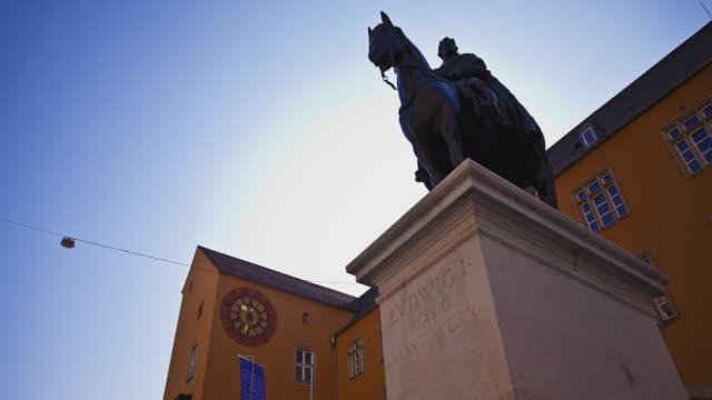 vídeos de stock e filmes b-roll de t/l slider of regensburg's / ratisbon's statue of king ludwig i - figura masculina