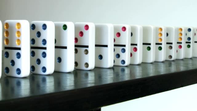 vídeos de stock e filmes b-roll de slider shot of a row of colored dominos - grupo médio de objetos