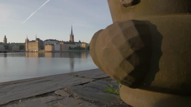slider shot of riddarholmen church and flower container from town hall, stockholm, sweden, scandinavia, europe - etwa 13. jahrhundert stock-videos und b-roll-filmmaterial