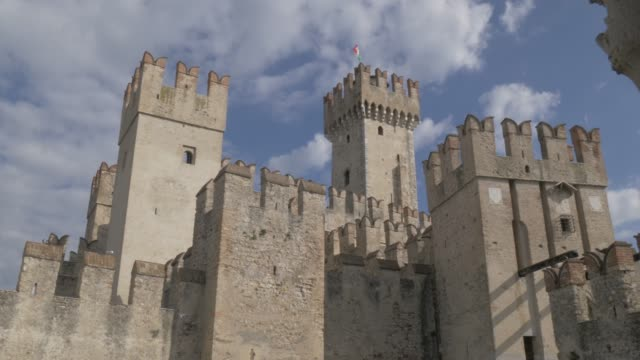 slider shot of scaliger castle revealed from tree, sirmione, lake garda, lombardy, italy, europe - 中世点の映像素材/bロール