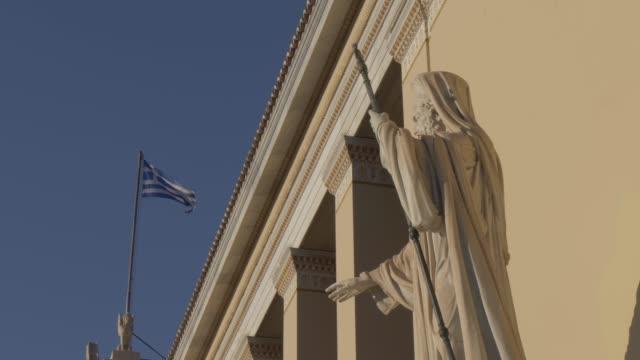 vídeos y material grabado en eventos de stock de slider shot of statue in front of deanery university of athens, athens, greece, europe - encuadre de tres cuartos