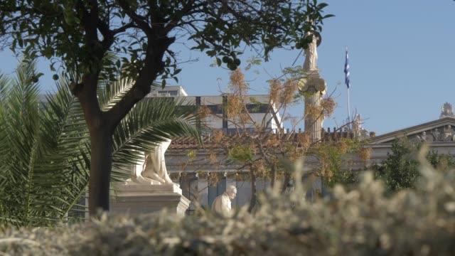 vídeos y material grabado en eventos de stock de slider shot of statues in front of deanery university of athens, athens, greece, europe - encuadre de tres cuartos