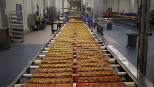 vidéos et rushes de sliders are produced at the new white castle co distributing plant in vandalia ohio us before being frozen and shipped to grocery stores shots of... - charlotte médicale ou sanitaire