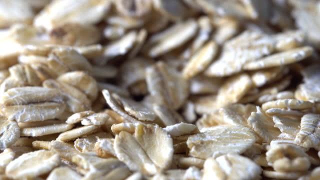 昔ながらのロールオート麦のスライディングマクロショット - 穀物 ライムギ点の映像素材/bロール