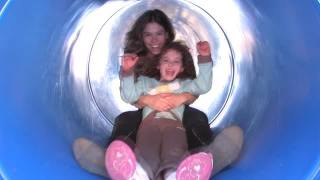 vídeos de stock e filmes b-roll de escorregar mãe e filha - tubo