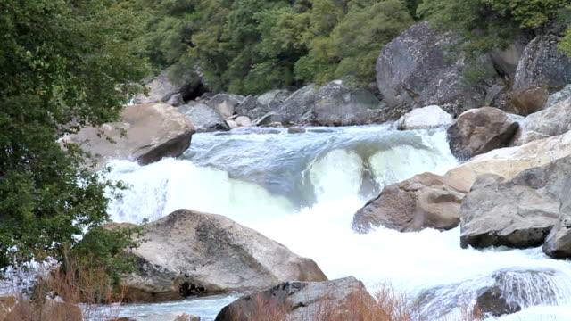 rutschen river aufnahme - merced fluss stock-videos und b-roll-filmmaterial