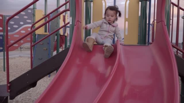 vídeos de stock, filmes e b-roll de deslizamento da criança - deslizar
