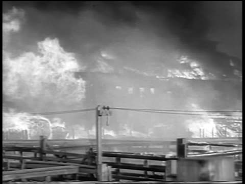 vidéos et rushes de b/w 1934 slight pan buildings on fire in chicago stockyard / universal newsreel - 1934