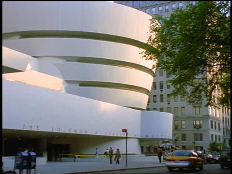 vidéos et rushes de slight zoom in guggenheim museum on fifth avenue / nyc - museum
